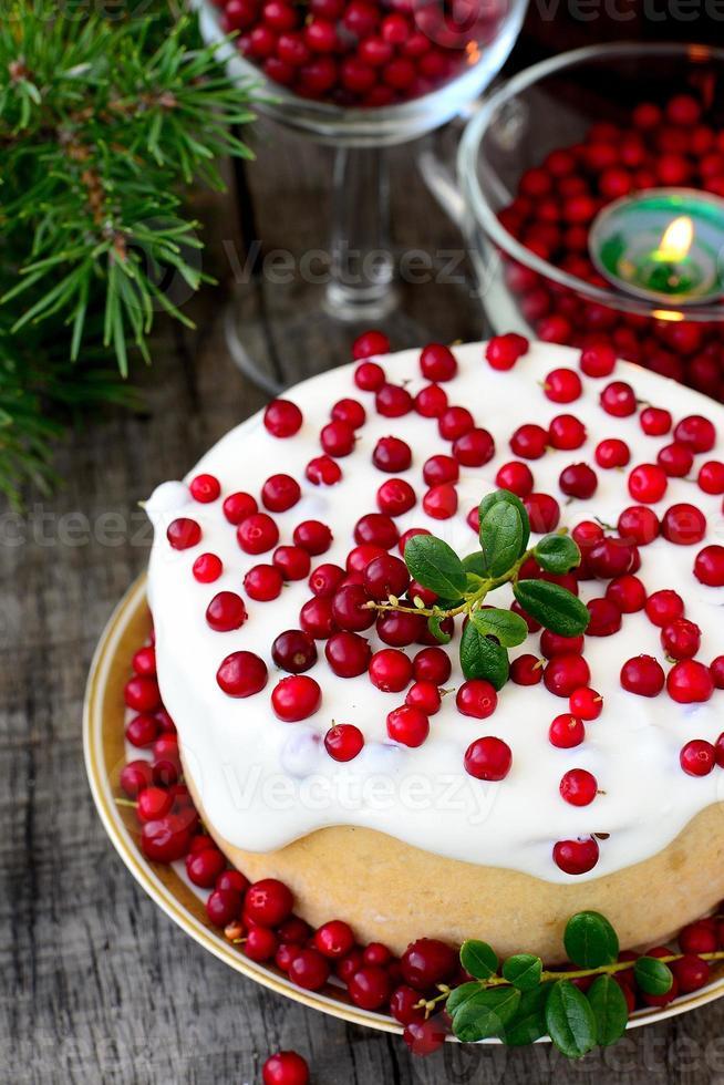 weiße Schokoladen-Käsekuchen-Torte mit Preiselbeeren foto