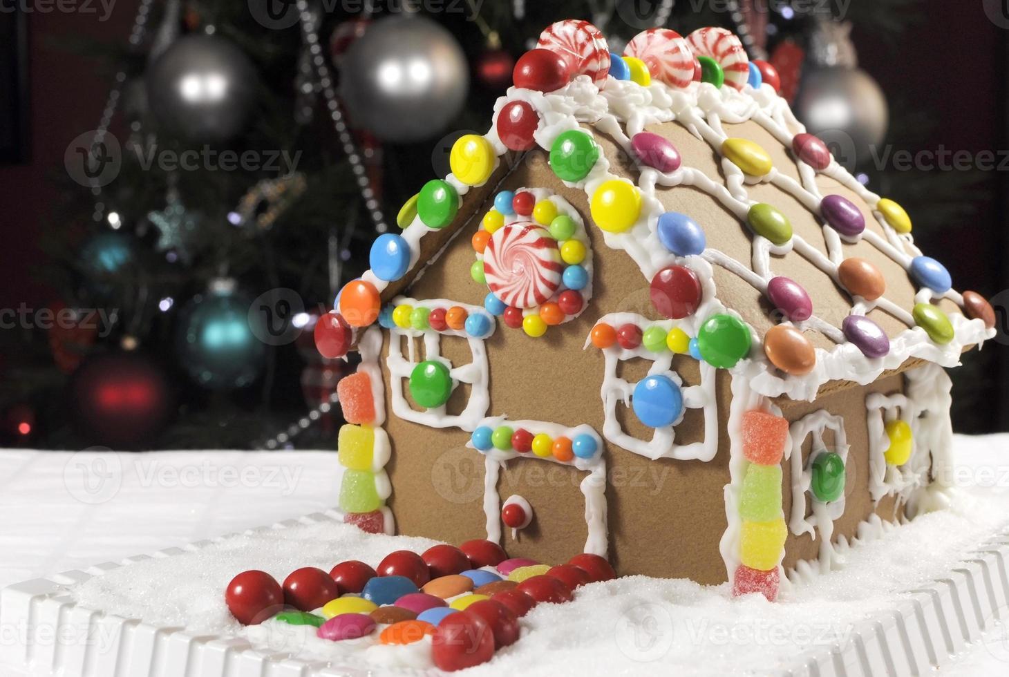 Weihnachts Lebkuchenhaus mit Zuckerguss und Süßigkeiten gemacht. foto