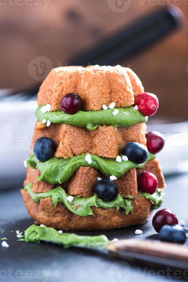 Weihnachtsbaum aus Kuchen, Früchten und Zuckerguss foto