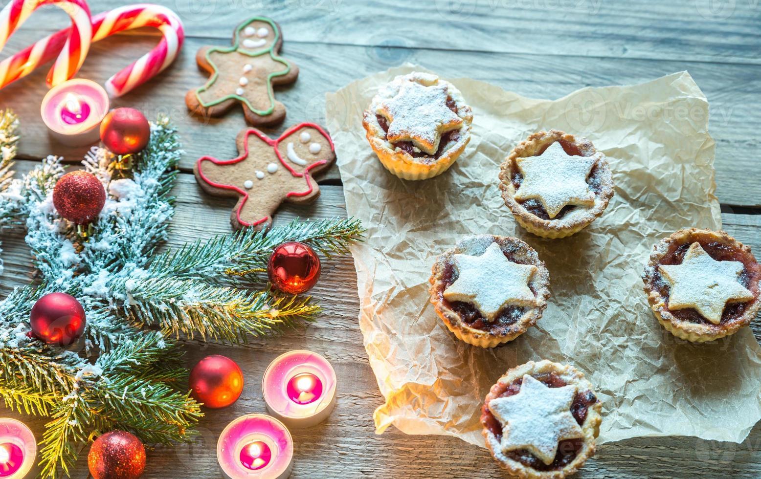 verzierter Weihnachtsbaumzweig mit Feiertagsgebäck foto