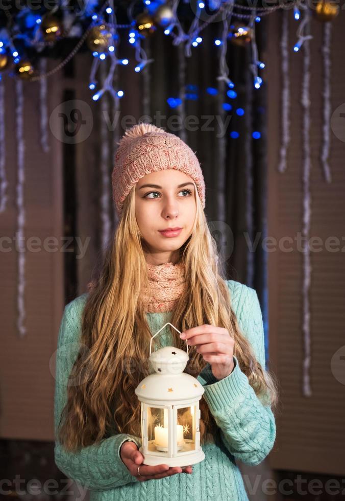 hübsches Mädchen mit Taschenlampe foto