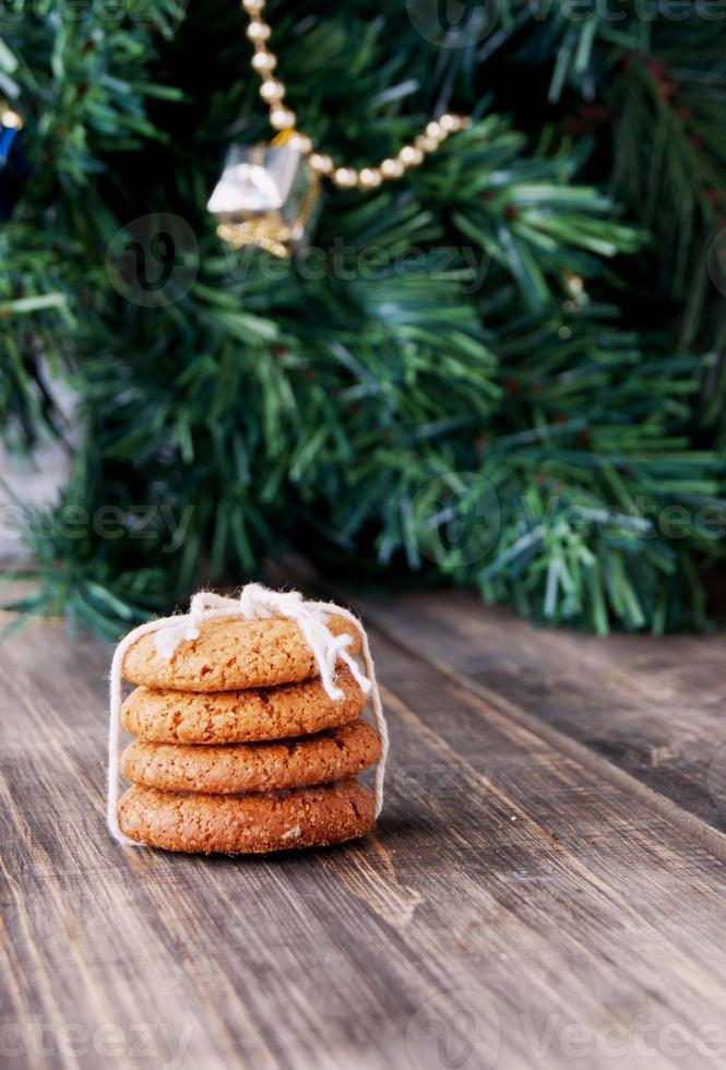 Kekse auf einem Hintergrund von Weihnachtsspielzeug und -bäumen, selektiv foto