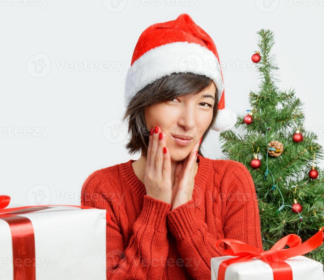 überraschte Frau in Weihnachtsmütze foto