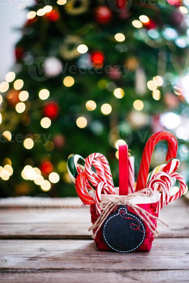 Zuckerstangen in einem Korb auf Weihnachtshintergrund foto