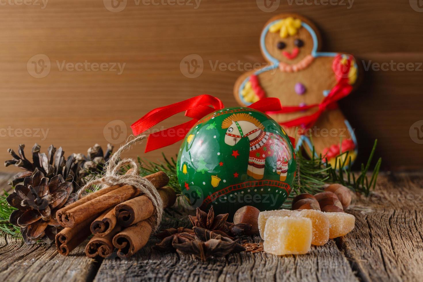 Lebkuchenmann und Weihnachtsgewürze, Zimt, Anis foto