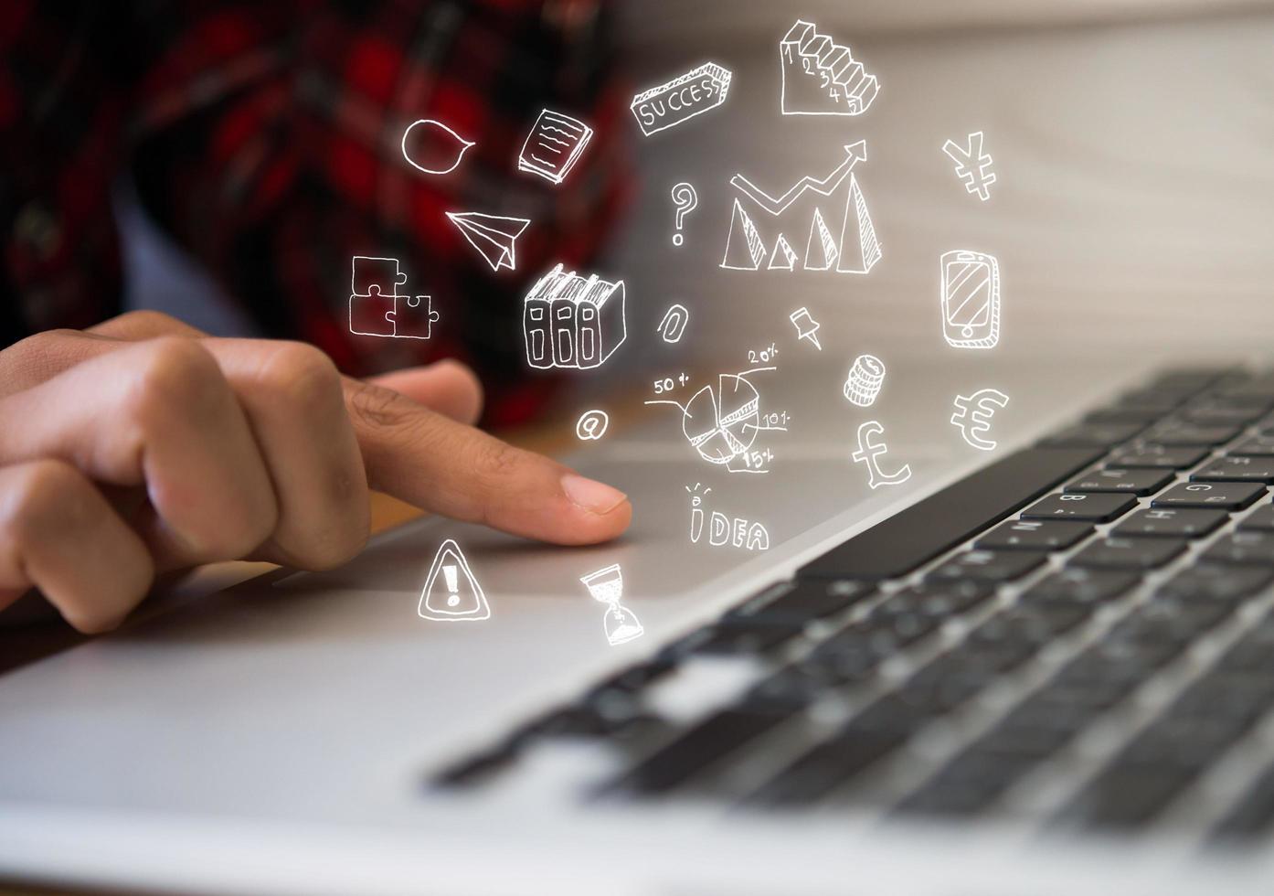 Frauenfinger zeigt auf Computer foto