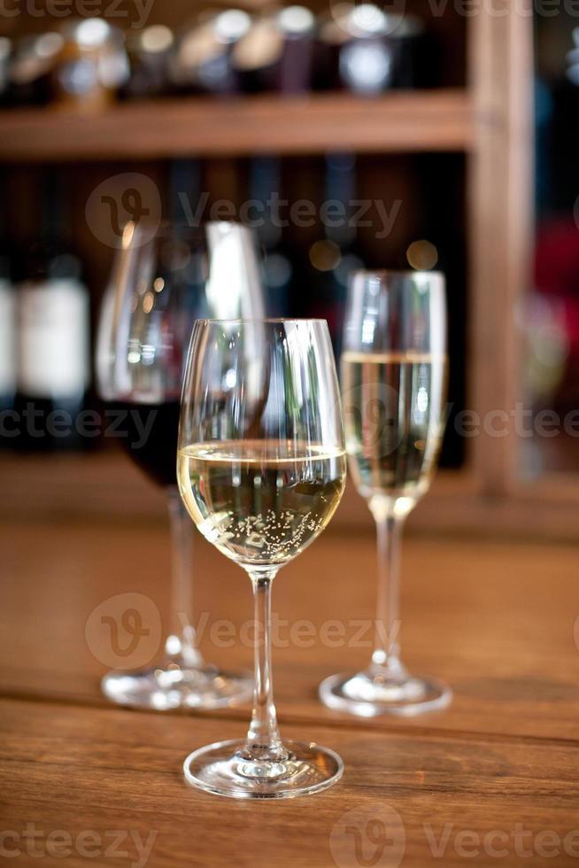 Champagner mit Rot- und Weißweinen foto