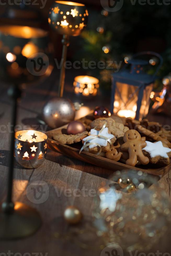 Weihnachtsplätzchen auf dekoriertem Tisch foto