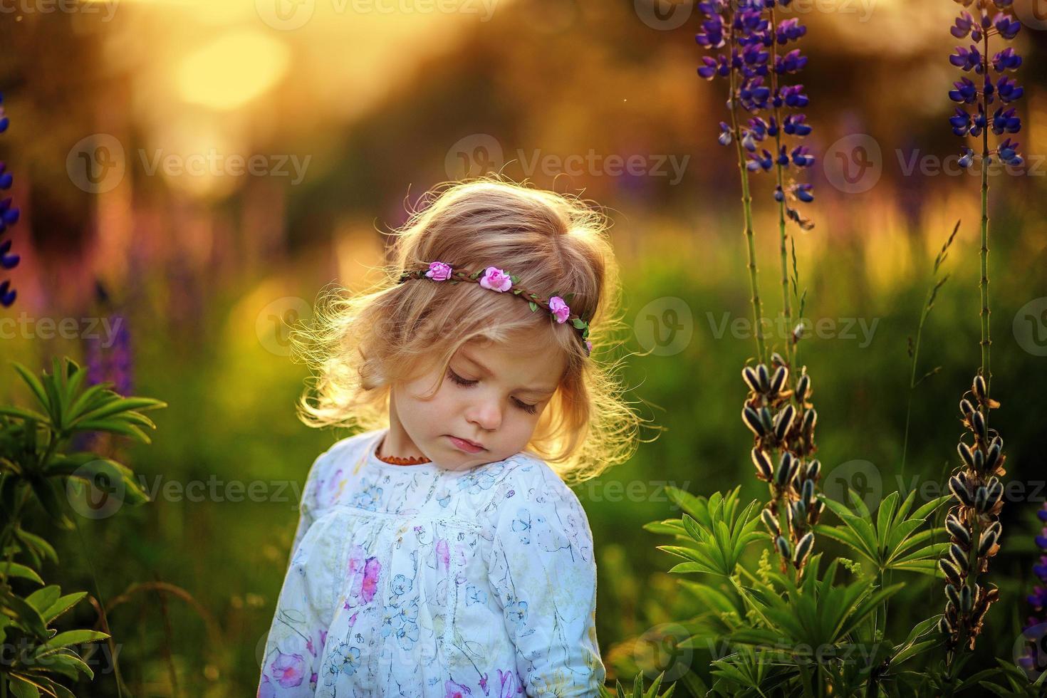 kleines Mädchen mit blauen Blumen. Fay. foto