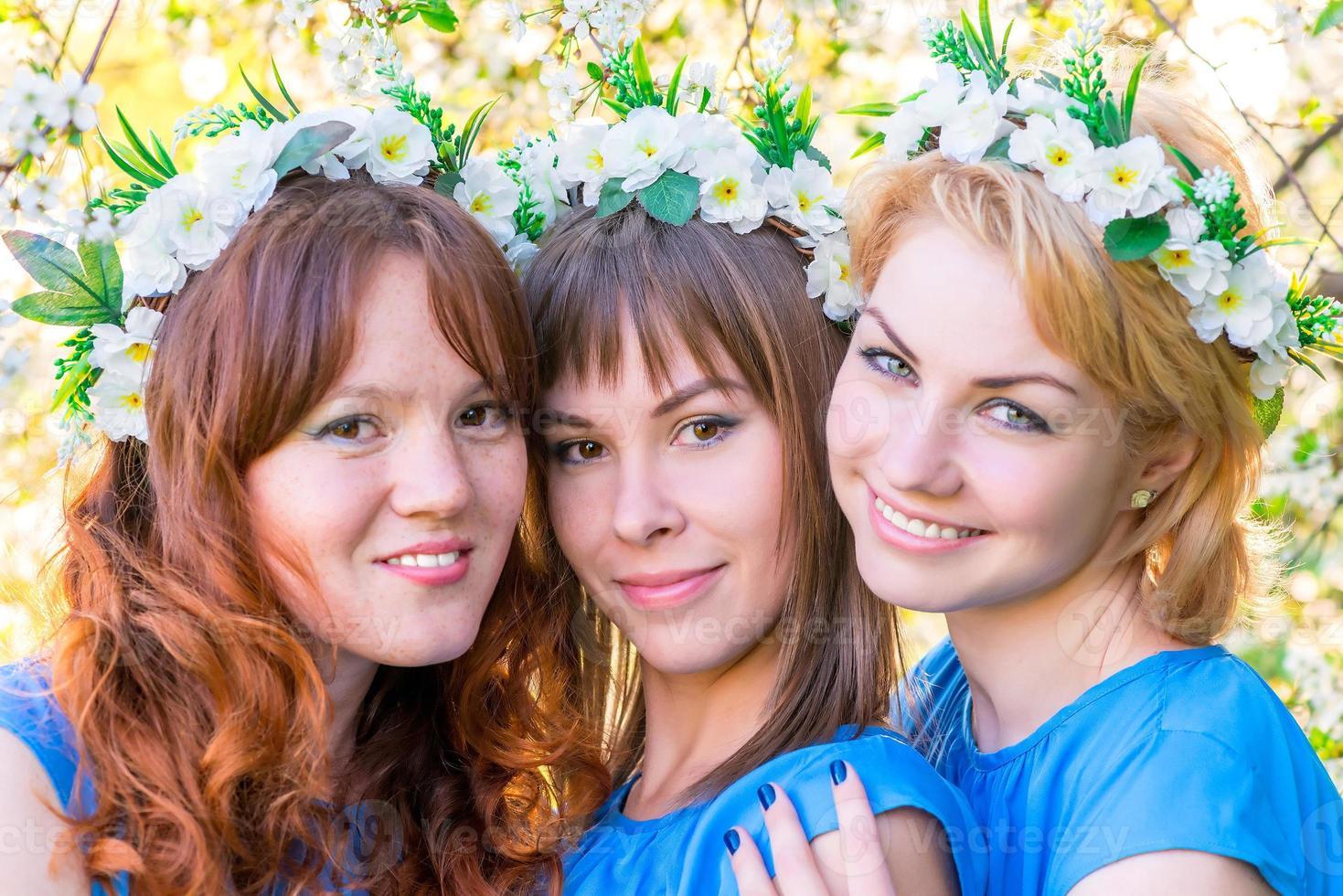 drei Mädchen 30 Jahre mit Kränzen auf dem Kopf foto