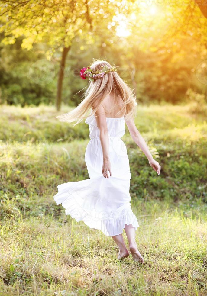 schöne Frau mit Blumenkranz. foto