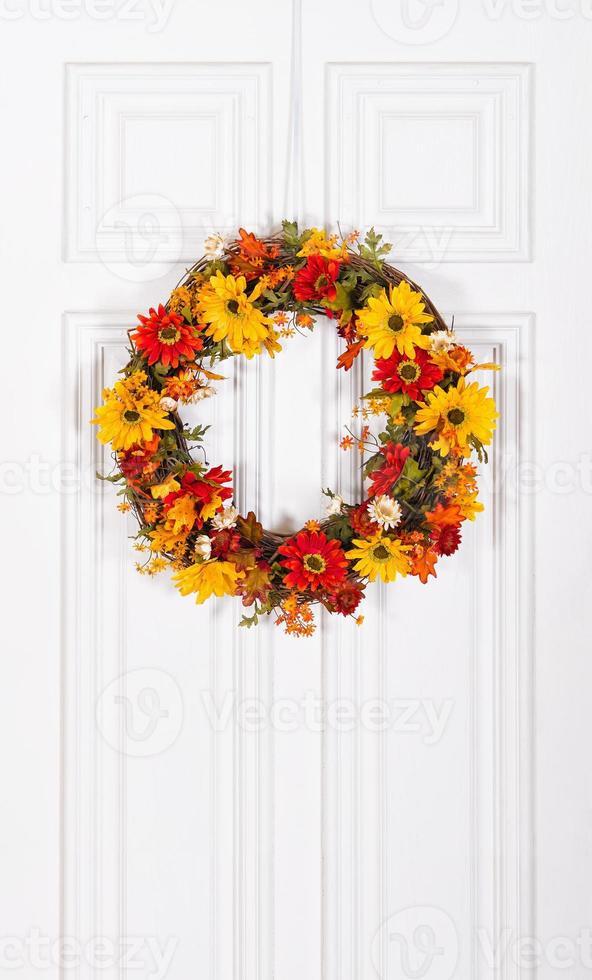 Blumenkranz an der Tür hängen foto
