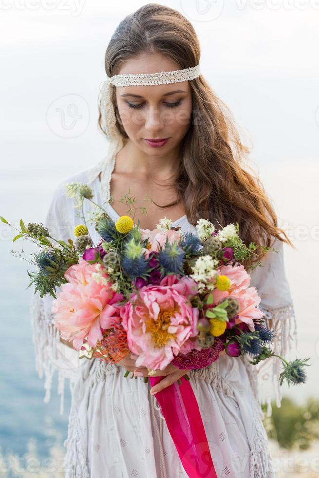 Mädchen mit einem Hochzeitsstrauß Boho-Stil foto
