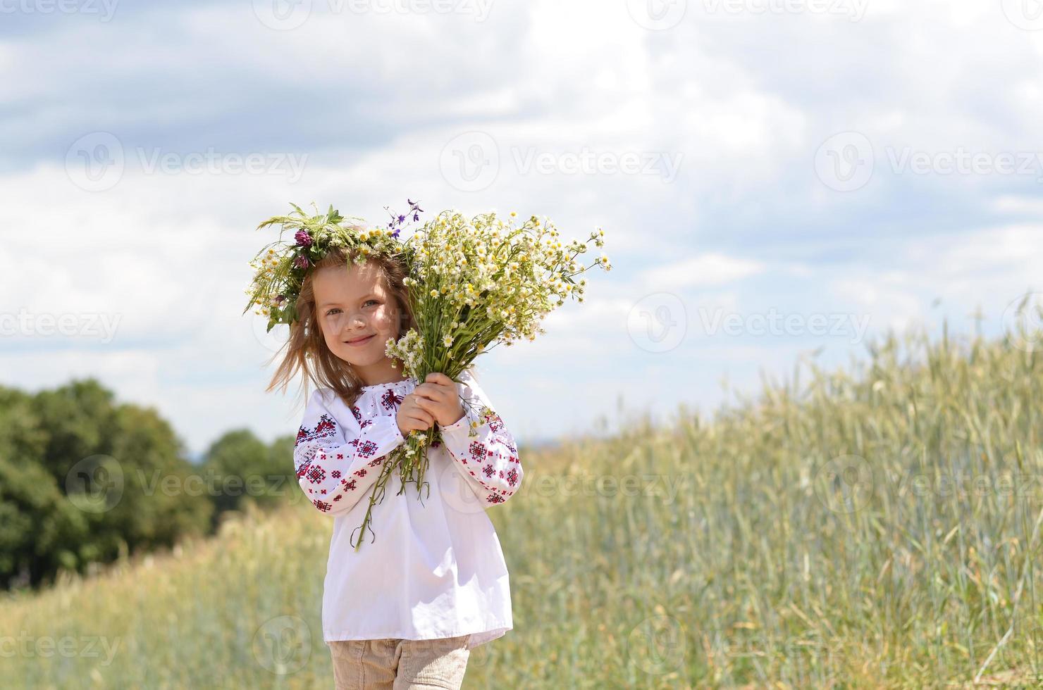 schönes lächelndes Mädchen mit Strauß wilder Blumen foto