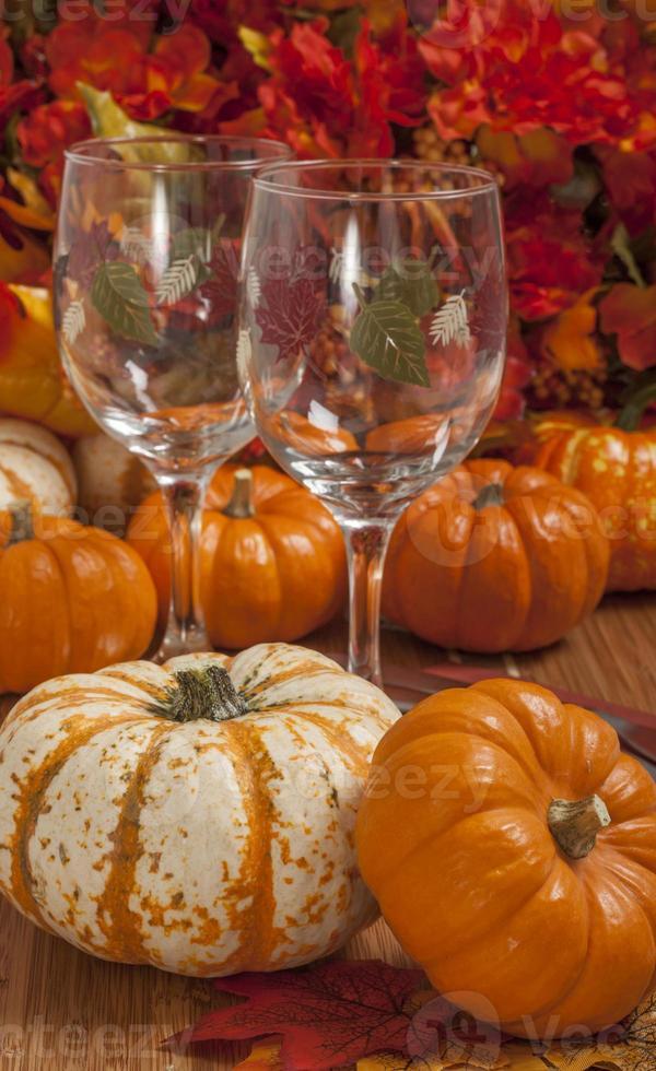 bunte Herbstblätter und Kürbisse foto