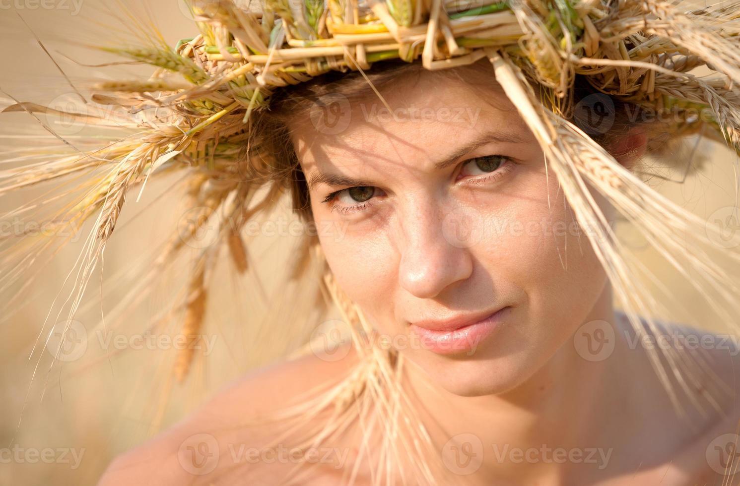 Frau auf dem Gebiet des Weizens foto