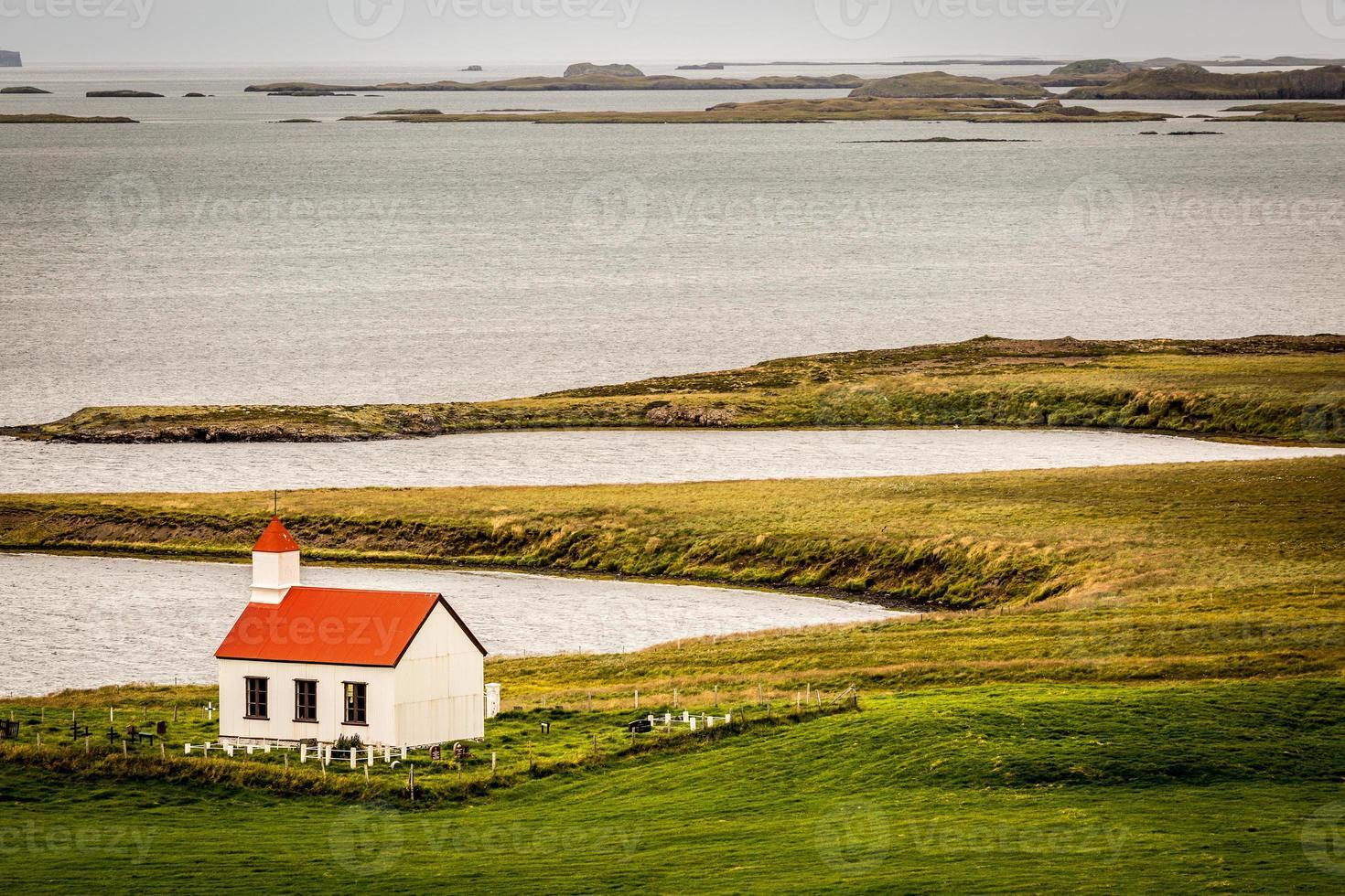 Island, einsame Kirche durch die Westfjorde, nördliche Landschaft. foto