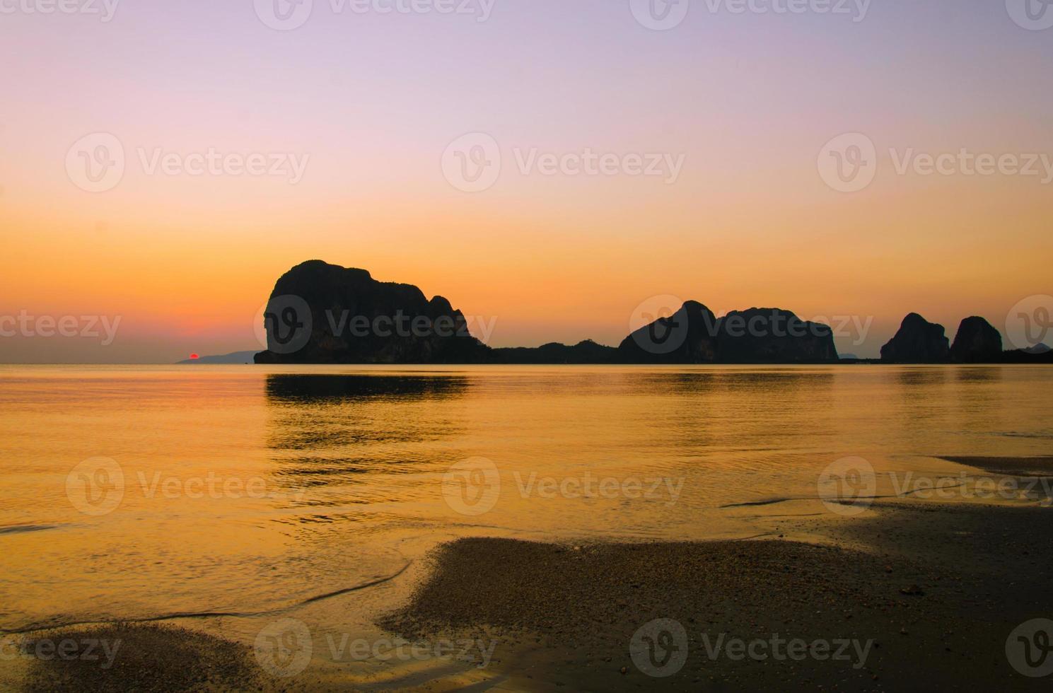 Sonnenuntergang am pak meng strand, trang thailand foto