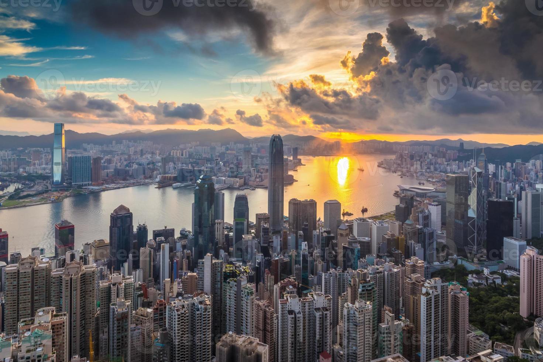 Stadt bei Sonnenaufgang foto