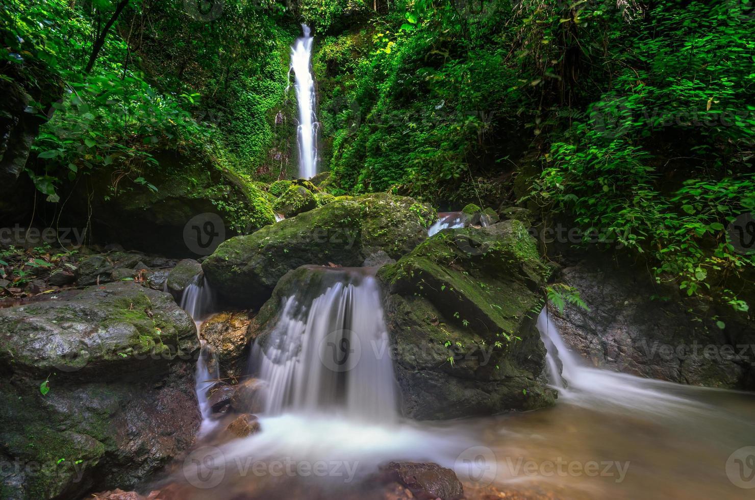Phasanngon Wasserfall in Nakhon Nayok, Thailand. foto