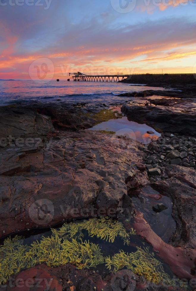 Sonnenaufgang vom Bass Point mit Kieslader Pier in der Ferne foto