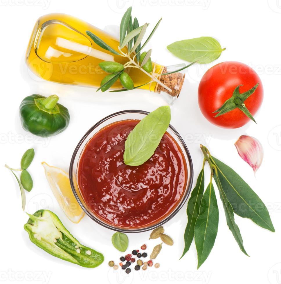 Olivenöl, Gemüse und Gewürze foto