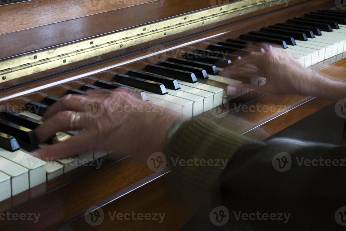 Hände auf Klavier foto