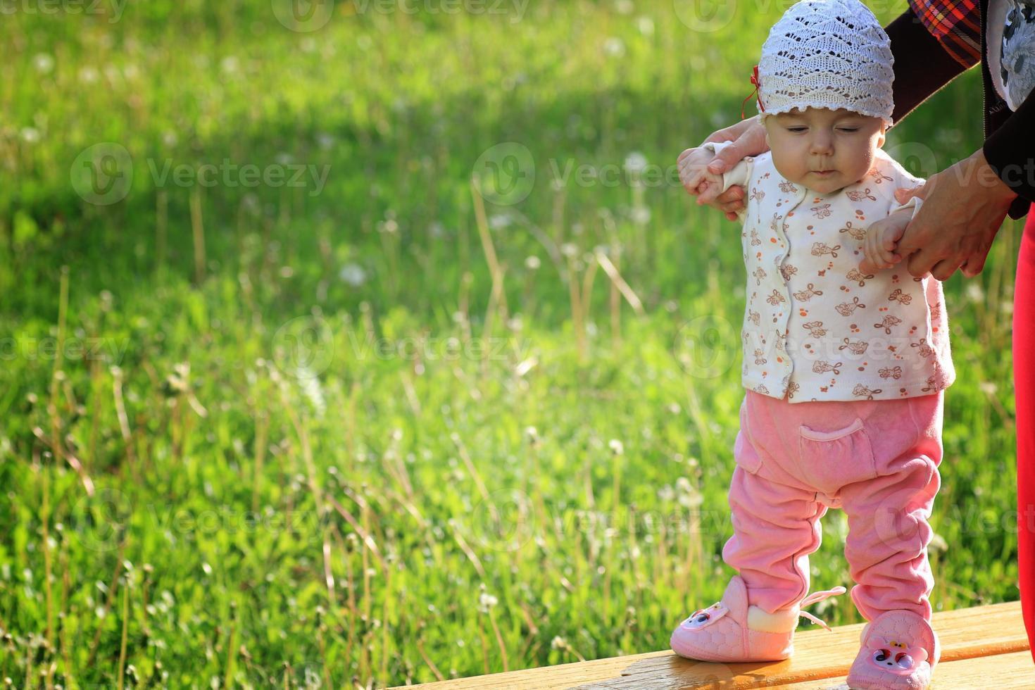 Baby lernt mit der Mutter laufen foto