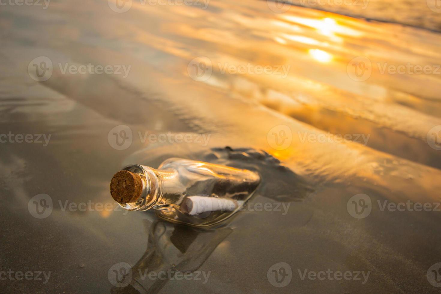 Nachricht in der Flasche foto