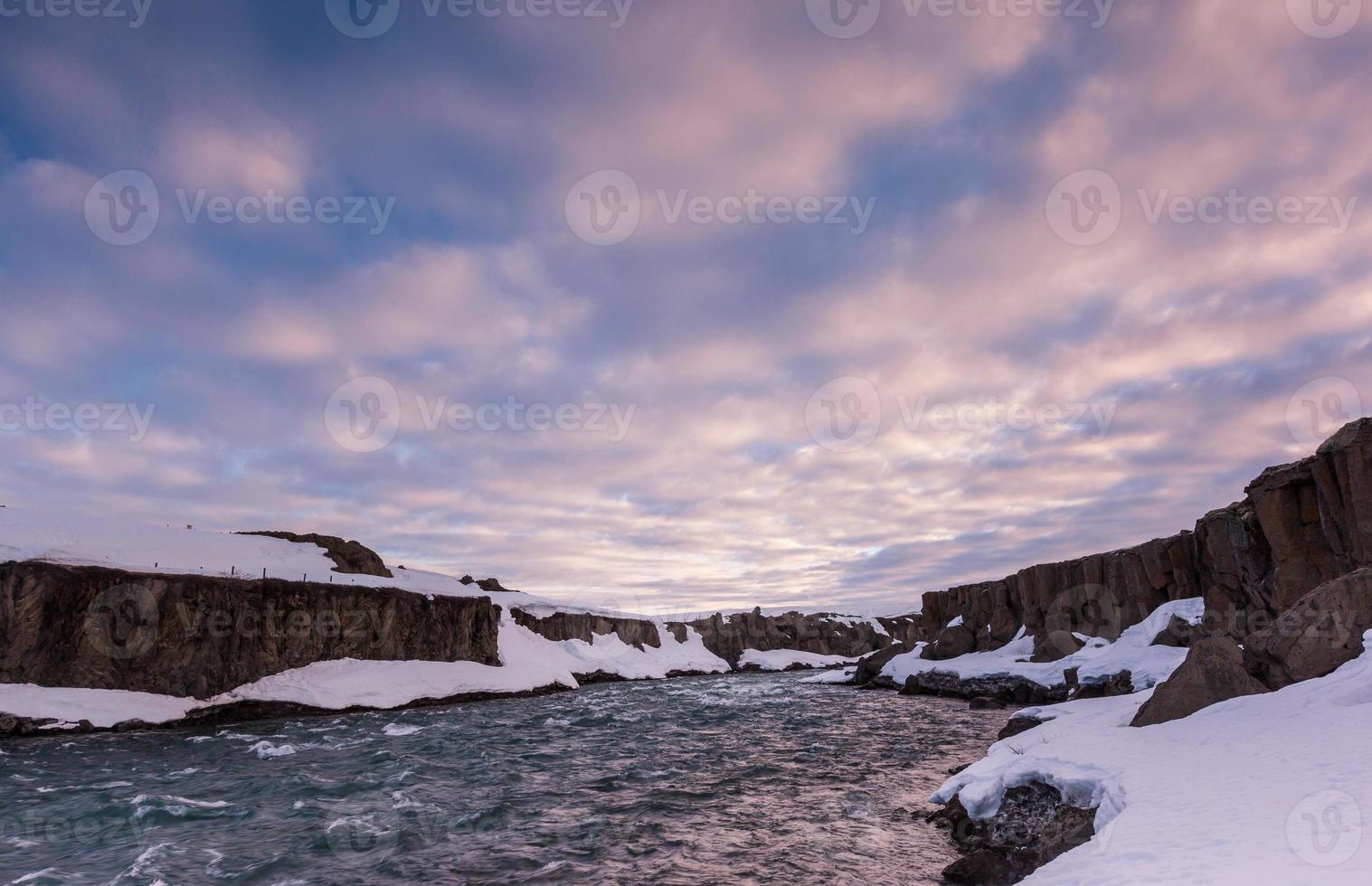 schöne Wolke und Landschaft nahe Godafoss fällt, Island. foto