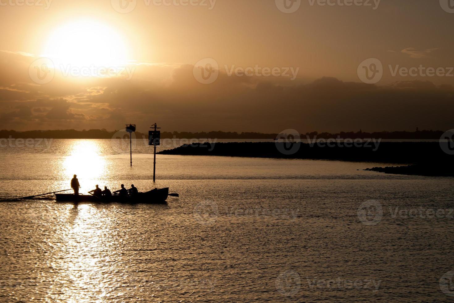 Surfboot bei Sonnenaufgang foto