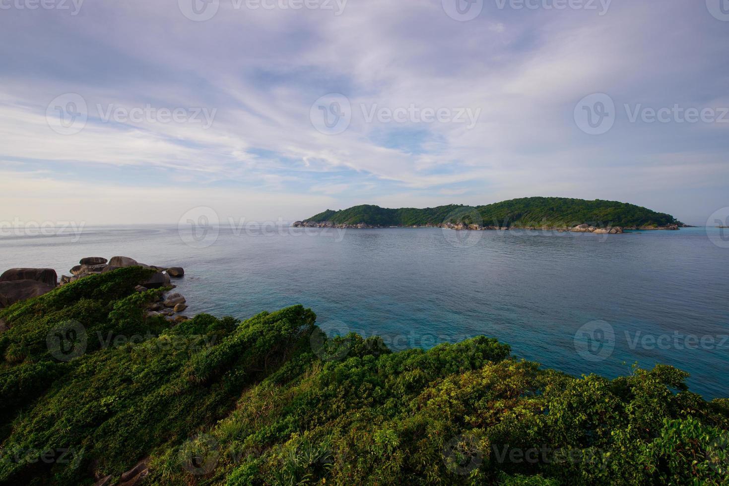 schönes Meer und tropische Insel mit kristallklarem Wasser, Simi foto