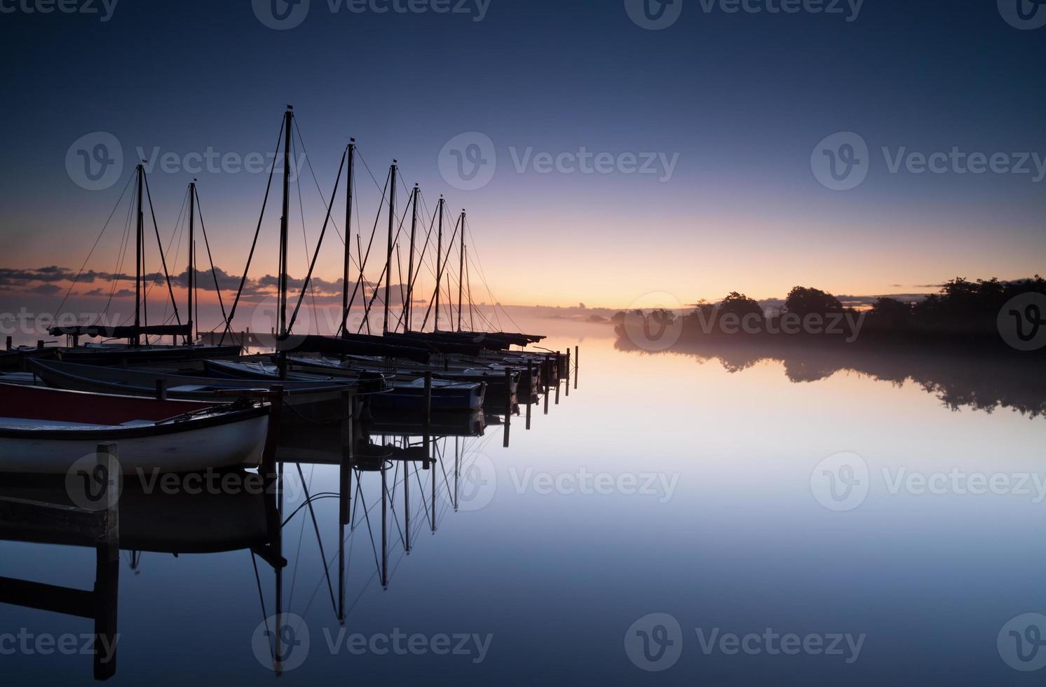 Yachthafen bei Sonnenaufgang foto