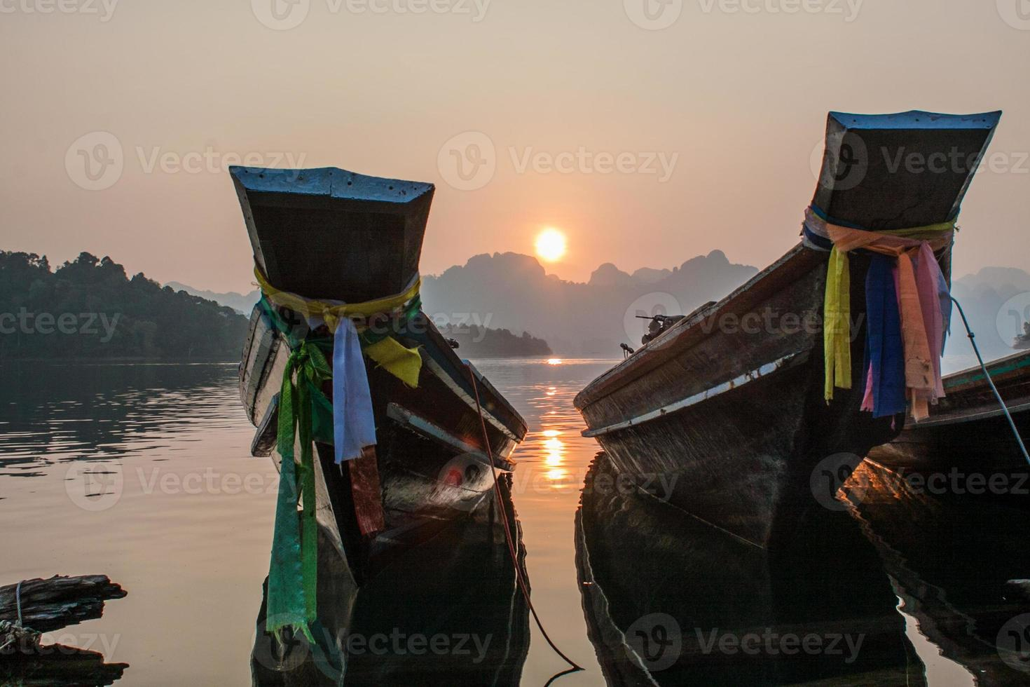die Boote bei Sonnenaufgang foto