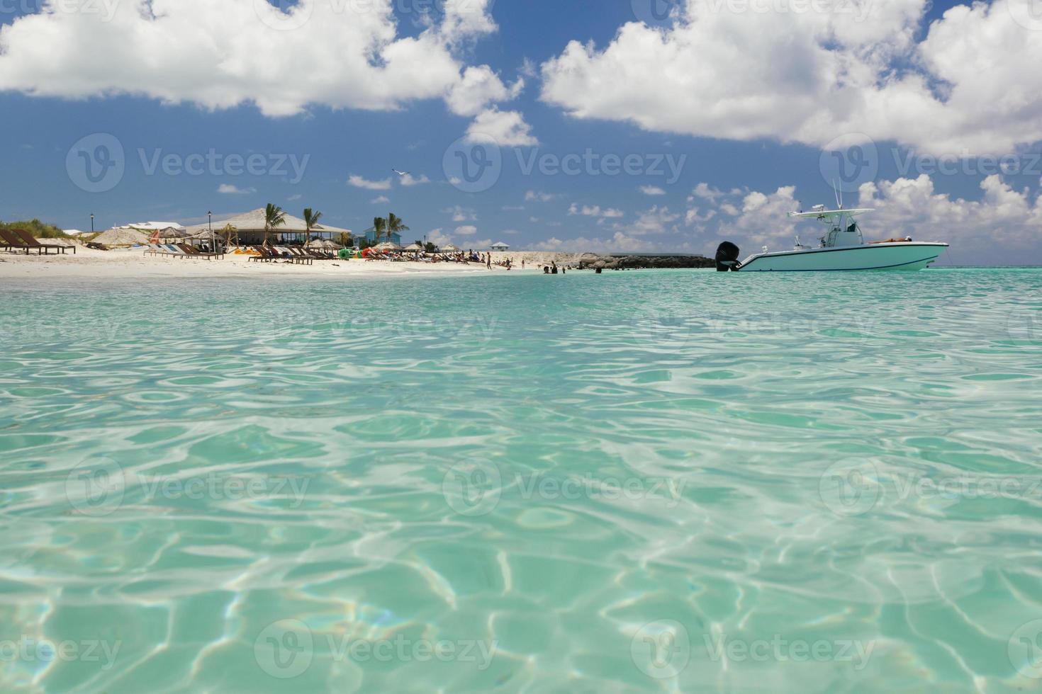 Bild eines Segelboots in der Nähe eines Strandes. foto