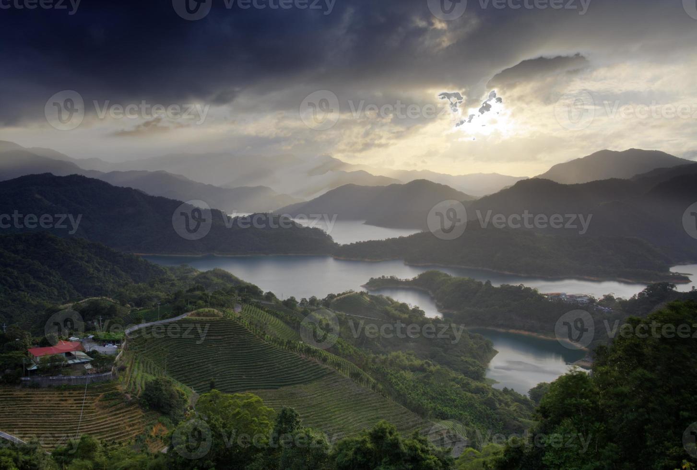 schöner Sonnenuntergang und Wolke foto