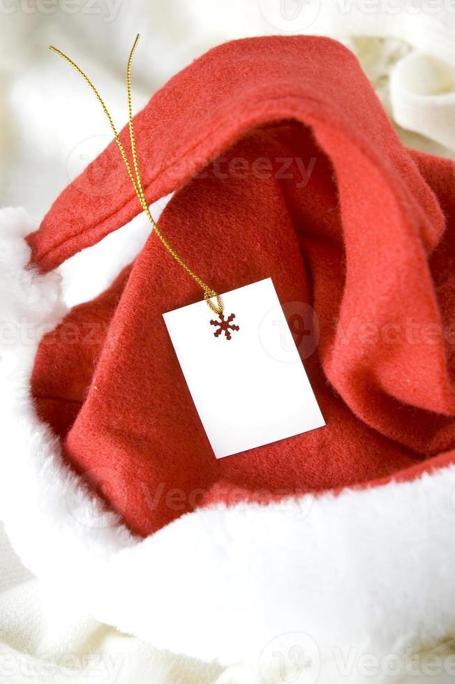 leere Karte auf Weihnachtsmütze foto