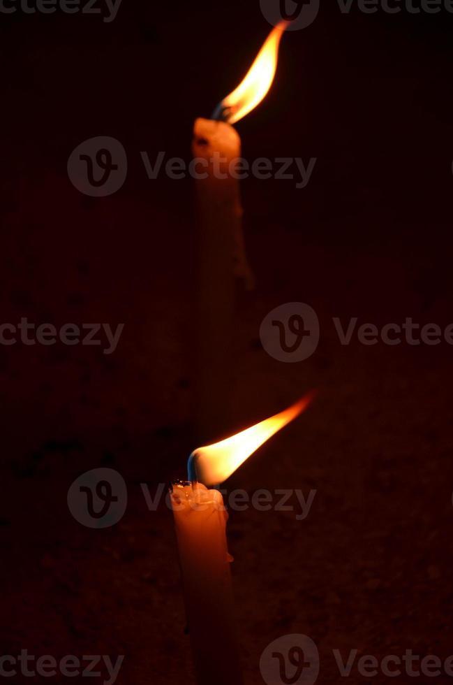 Zwei Kerzen brennen nachts foto
