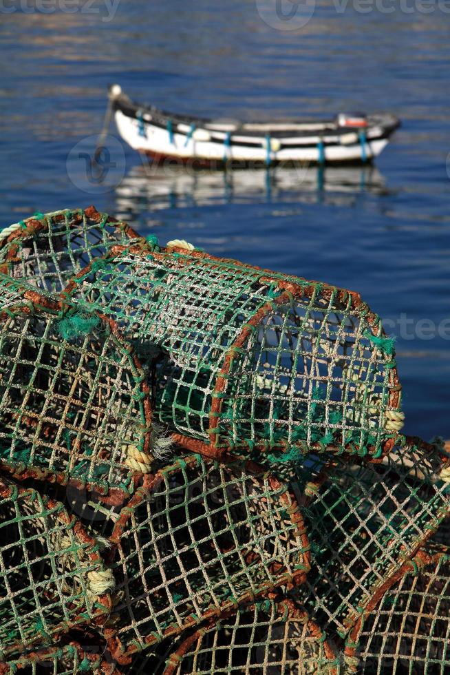 Fischfallen mit typischem Küstenfischerboot, Cascais Portugal. foto
