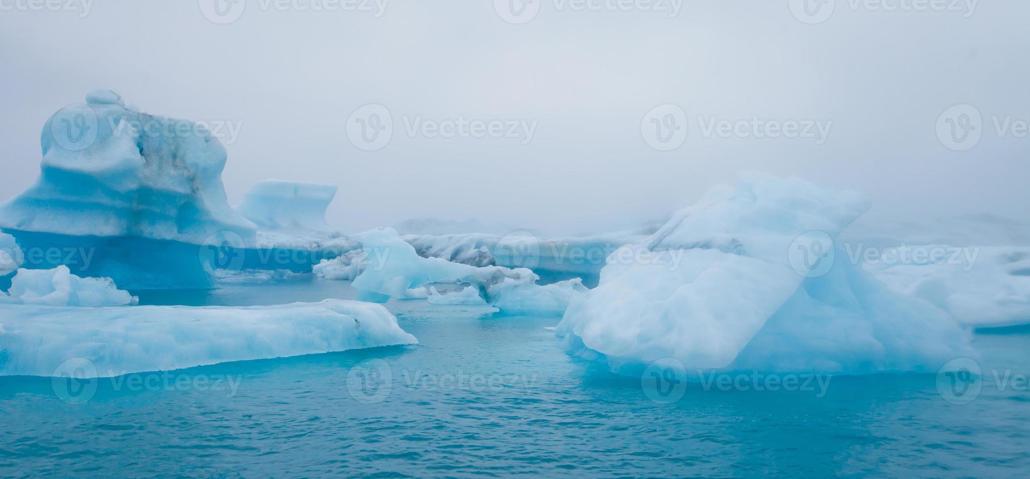 schönes lebendiges Bild des isländischen Gletschers und der Gletscherlagune mit foto