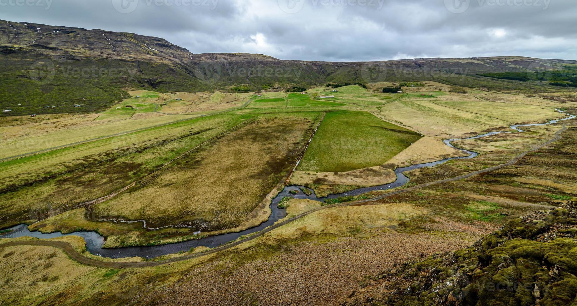 Blick auf ein isländisches Tal von einem Berg oben foto