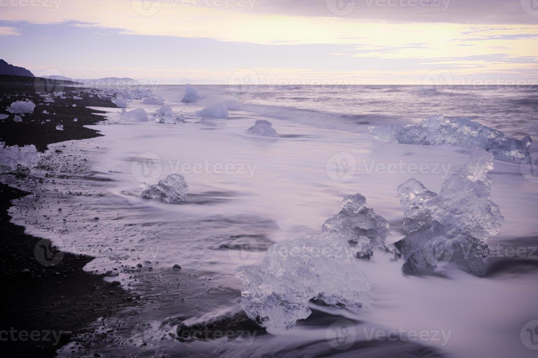 Eis am Strand - Sonnenaufgang bei Joksulsarlon Island foto