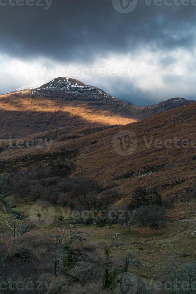 warmes Licht kreuzt Gesicht des schneebedeckten Gipfels foto
