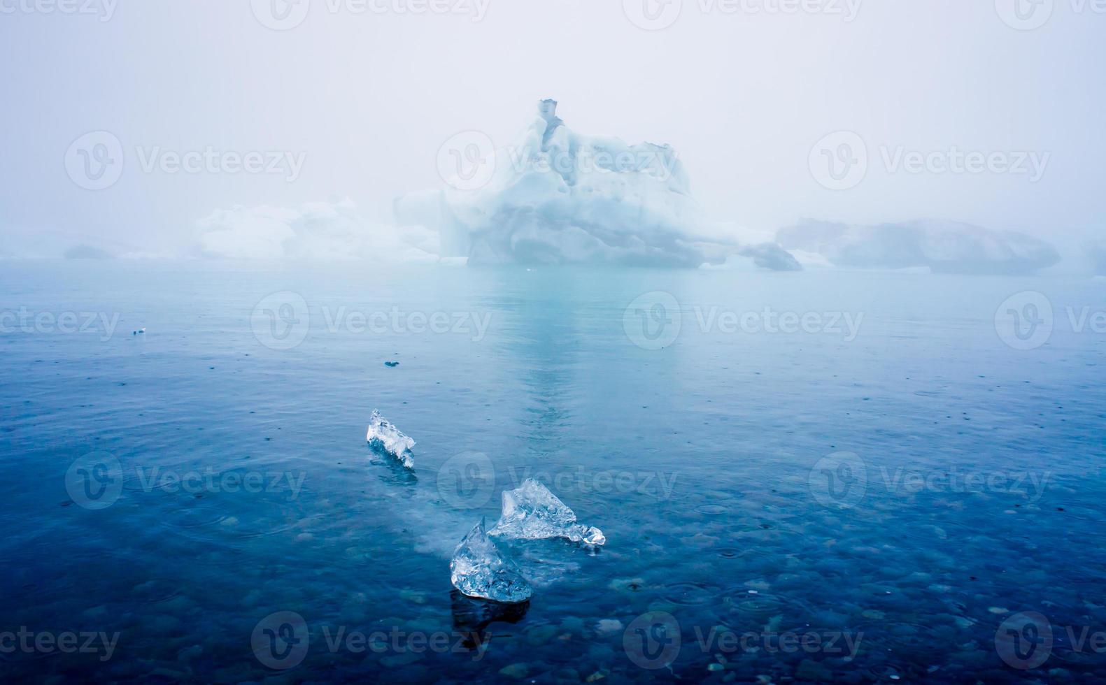 schönes lebendiges Bild des isländischen Gletschers und der Gletscherlagune foto