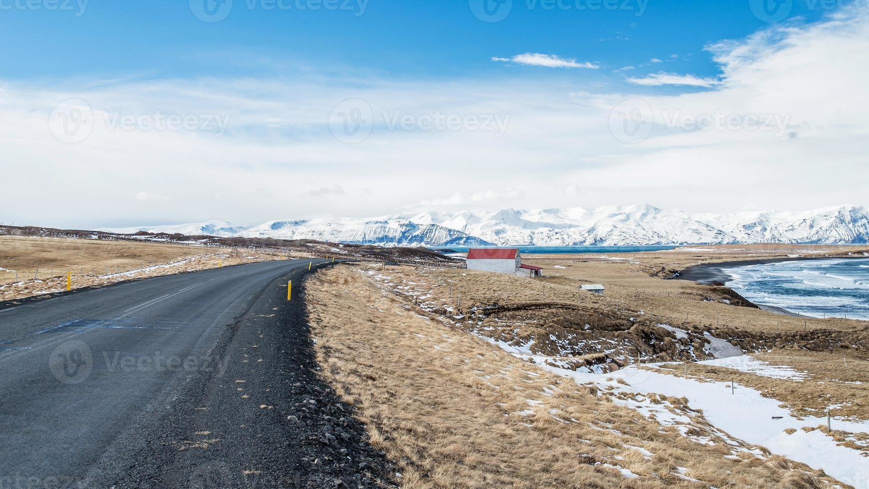 Asphaltstraße mit Berg bei Husavik, Island foto