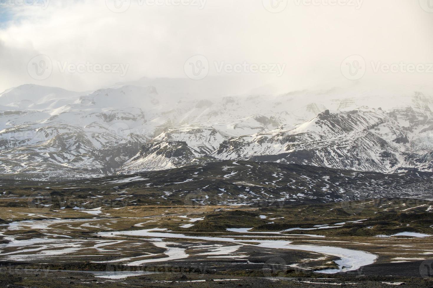 Landschaft mit Bergen und Schneesturmwolken, Winter, Island foto