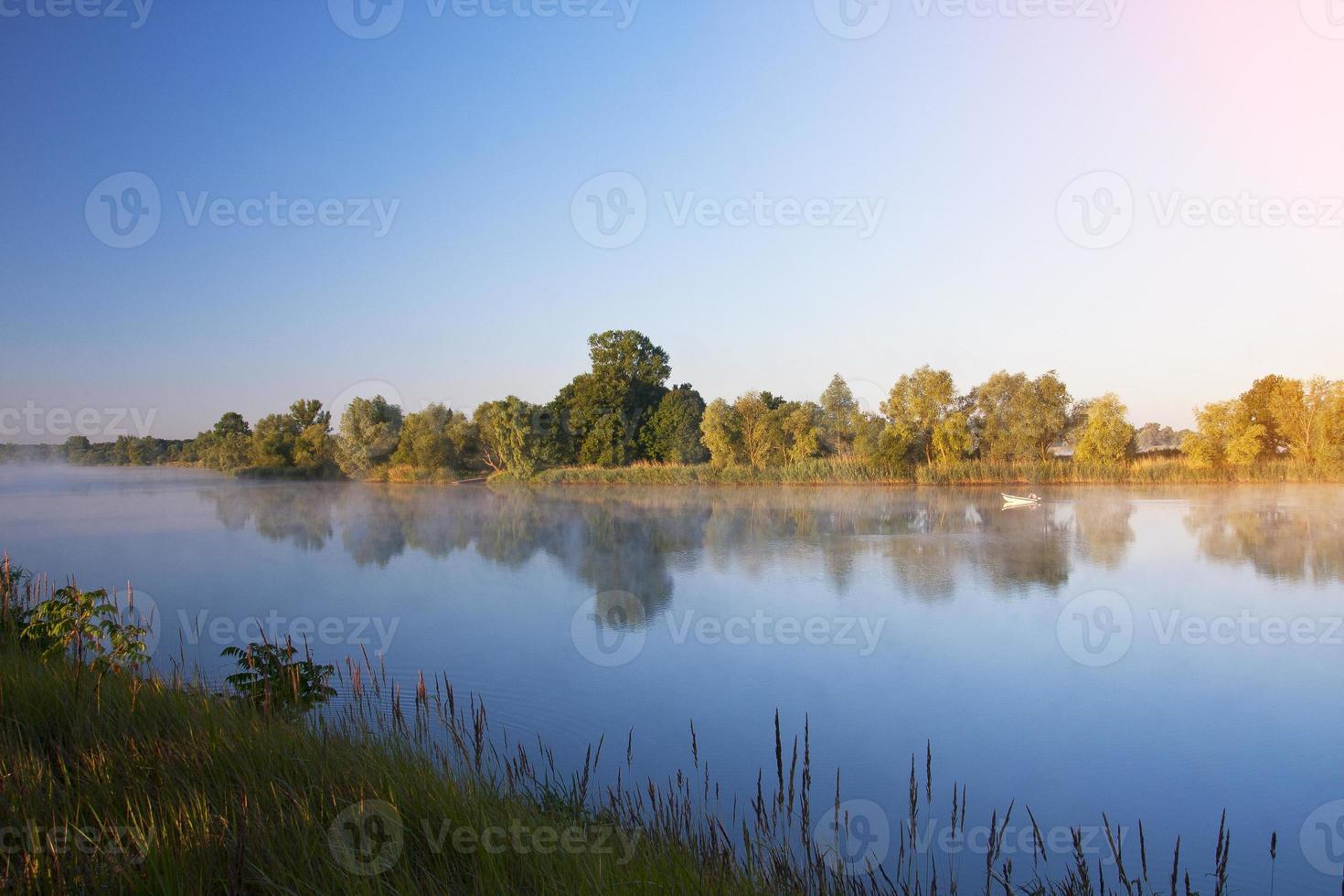 Morgen auf dem ruhigen Fluss foto
