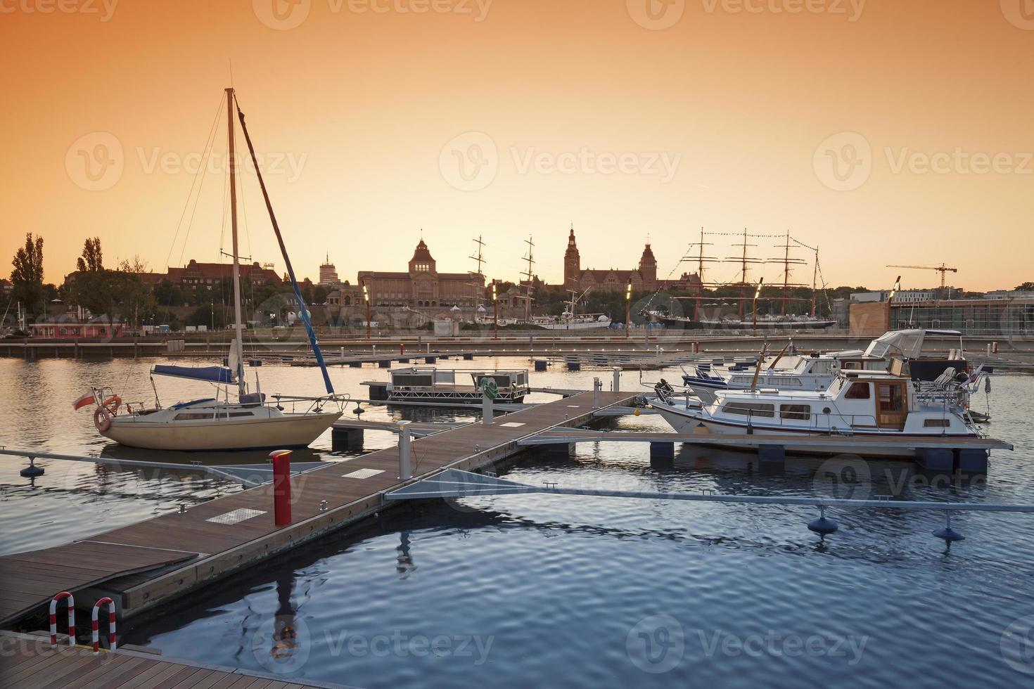 Yachthafen bei Sonnenuntergang. foto