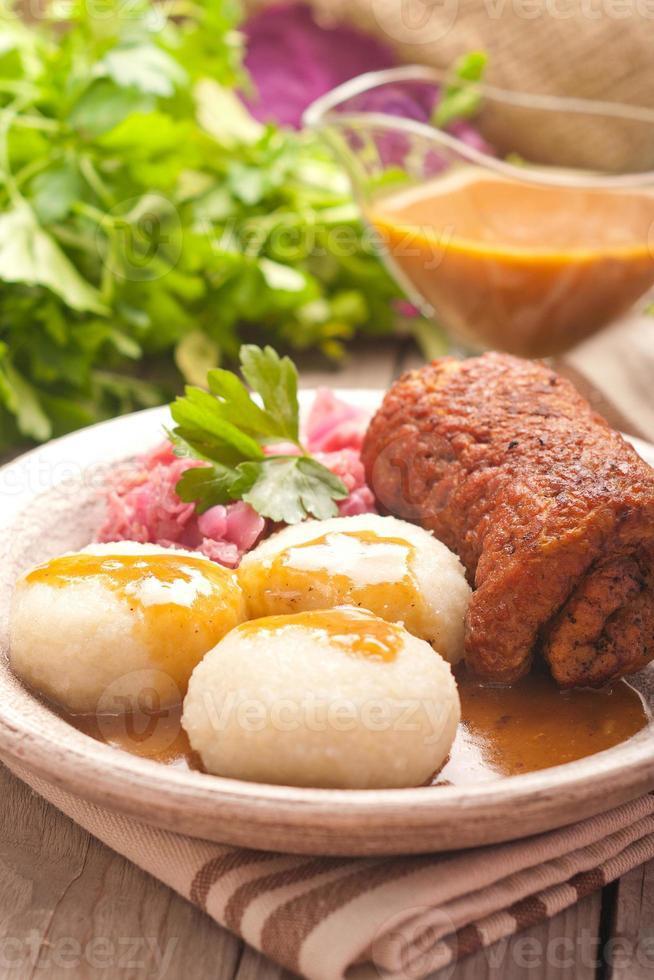 traditionelles polnisches, schlesisches Gericht. Fleischroulade mit Kartoffelkippe foto