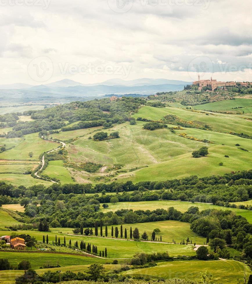 Stadt Pienza mit den typischen toskanischen Hügeln foto
